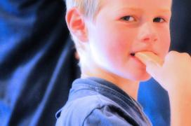 Junge isst Palmberger Wurst